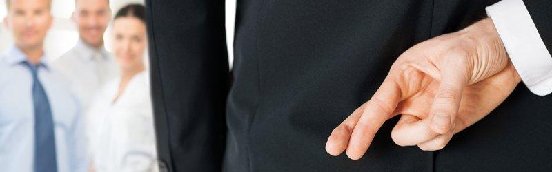 Мужчина со скрещенными пальцами