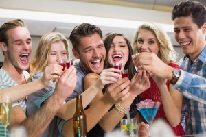 Друзья выпивают на баре